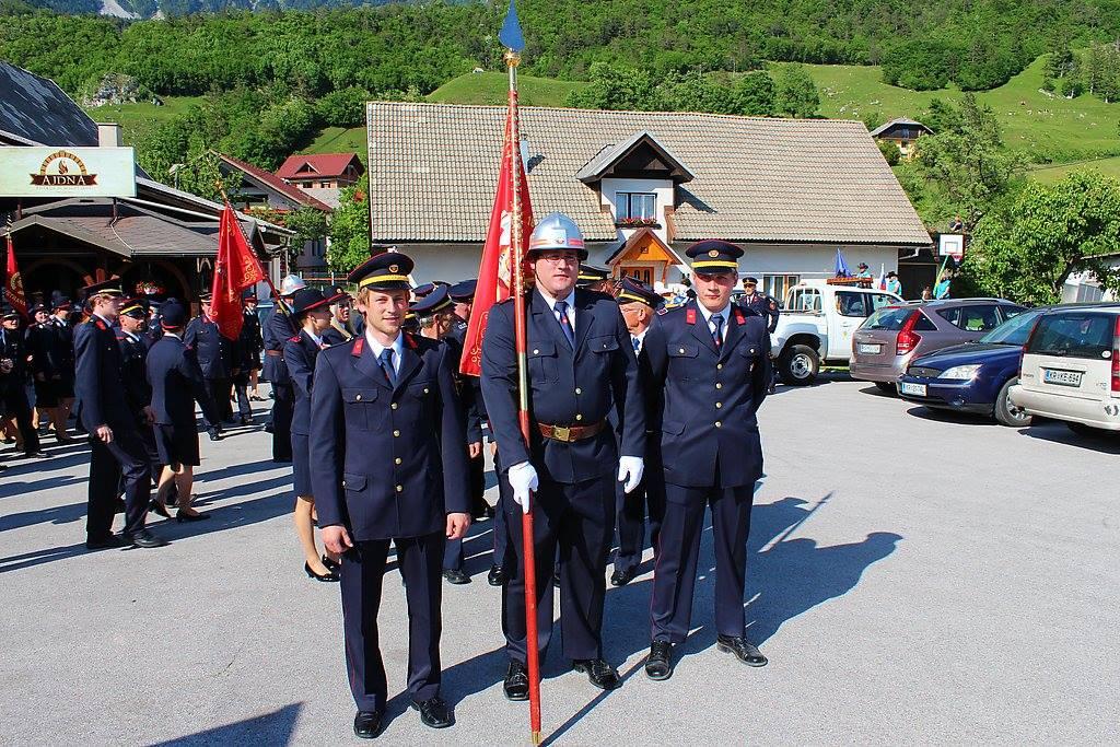 Nejc Klinar, nosilec zastave na gasilski paradi v Žirovnici