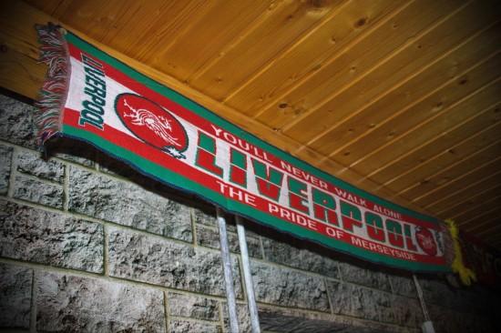 Liverpoolov navijaški šal, ki visi doma pri Branetu
