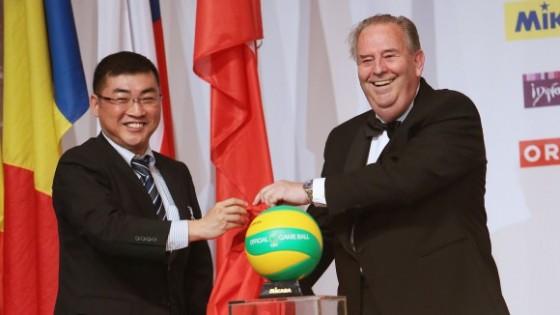 Predsednik CEV-ja  André Meyer in generalni direktor Mikase, Daisuke Akiyama pri predstavitvi oblikovno osvežene žoge Mikasa MVA200 (foto: cev.lu)