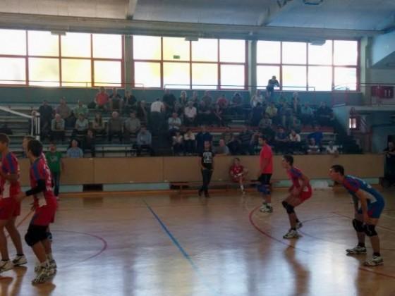 Sojenje treninge tekme pod budnim očesom kritične publike (foto: Matjaž Kern)